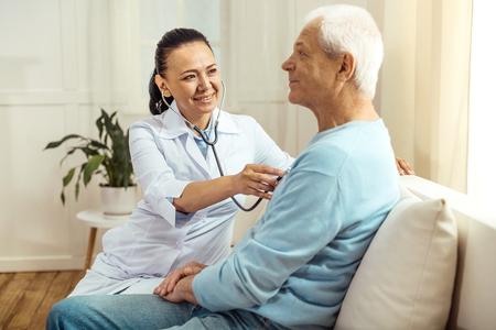 Profesional, hembra, enfermera, hacer, auscultación