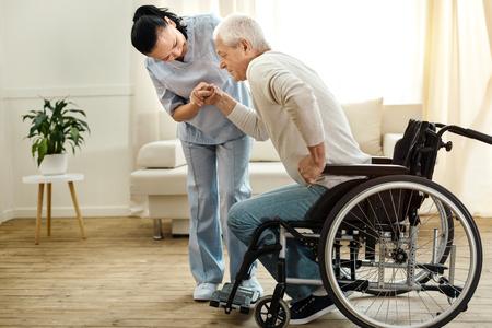Netter gealterter Mann, der versucht aufzustehen Standard-Bild - 84799962
