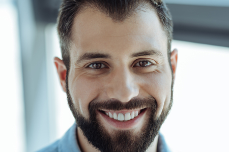 笑っている陽気なひげを生やした男の肖像
