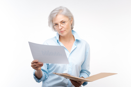 財務報告書を探している美しい女性 写真素材