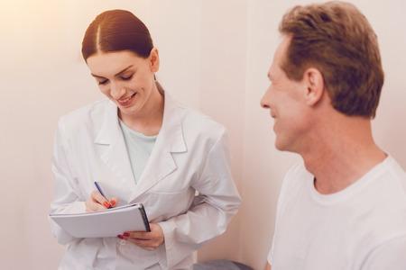 Atenta joven médico haciendo notas