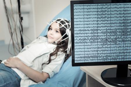 Professionelles Elektroenzephalogramm. Selektiver Fokus eines Computermonitors, der elektrische Aktivität des Gehirns zeigt Standard-Bild - 95112018