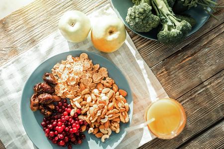 comida sana de alimentación lista para ser servido en la placa en la mesa .