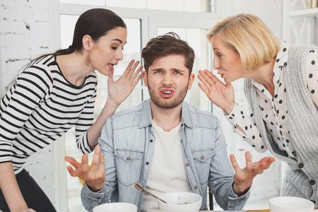 Ongelukkige humeurige man die naar je kijkt terwijl hij in het middelpunt van de belangstelling staat Stockfoto