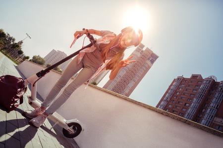 Erstaunliche weibliche Person mit Helm beim Radfahren im Park