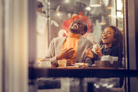 Se sentir heureux ensemble. Père et fille riant aux éclats se sentant heureux ensemble le week-end