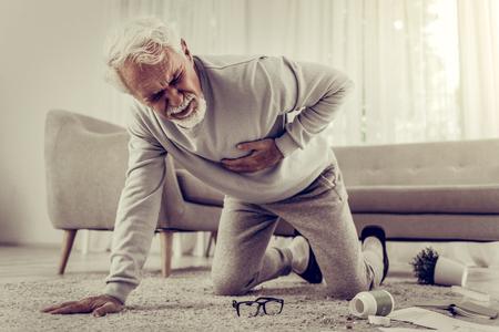 Souffrant d'un grave chagrin d'amour. Monsieur âgé de soixante-dix ans, malade, aux cheveux blancs, souffrant de graves maux de cœur et tombant à cause de cela