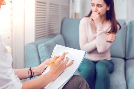 수면제를 제안합니다. 전문 관계 상담사가 안내실에 앉아 기혼 여성 고객에게 수면제를 제안합니다 스톡 콘텐츠