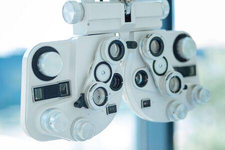 Dispositivo profesional. Cerca de un instrumento óptico de lente que se utiliza para pruebas de la vista Foto de archivo