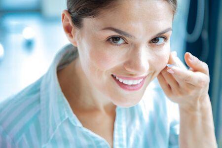 Positive Gefühle. Porträt einer attraktiven schönen Frau beim Tragen von Augenlinsen