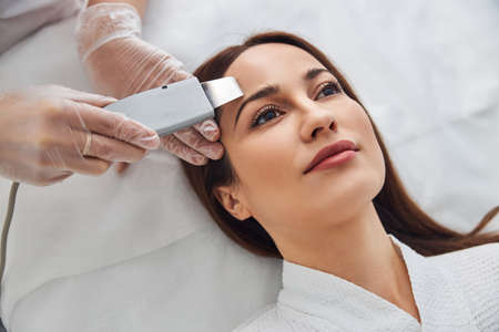 Close up of beautiful woman having deep cleaning skincare procedure in beauty salon Foto de archivo