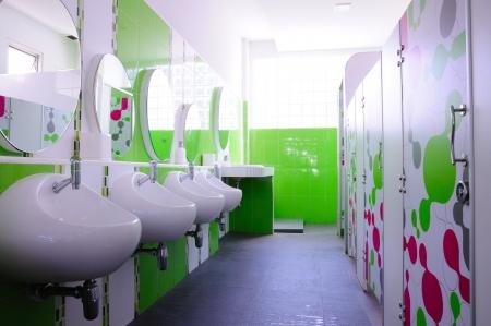 gesundheitsmanagement: Gr�ne und saubere Toilette Kind in der Schule, gute Gesundheit und Sanit�rversorgung