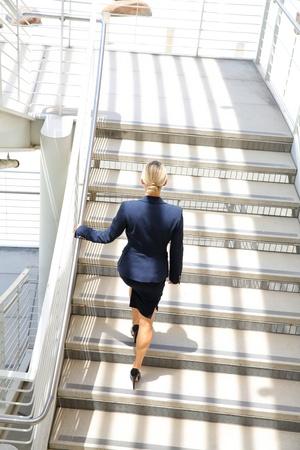 계단을 걷고 젊은 사업가 스톡 콘텐츠