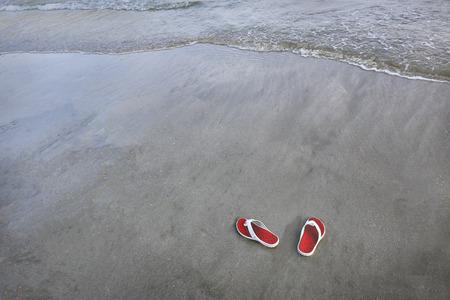 sandalias: Sandalias en una playa