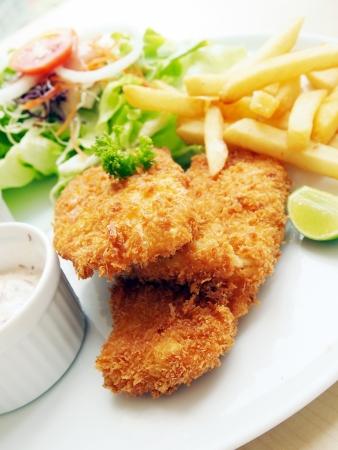 fish and chips: Poisson frit avec de la salade fra�che et trempette comme condiment