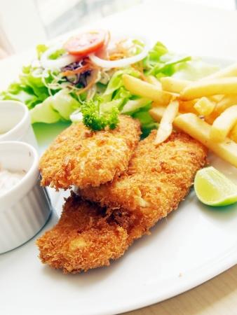 pescado frito: El pescado frito con ensalada fresca y salsa como condimento