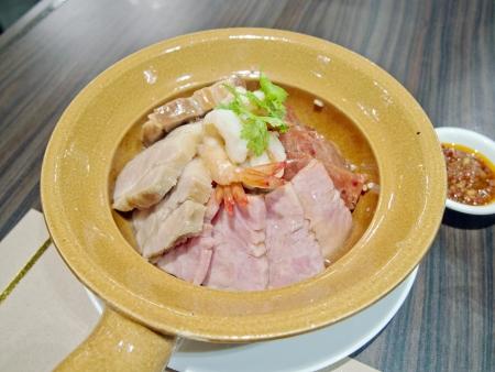 olla barro: Carne de cerdo de arcilla olla de arroz Foto de archivo