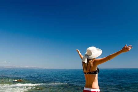 La donna felice su una spiaggia  Archivio Fotografico