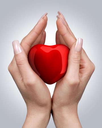 Femmina mani con cuore rosso