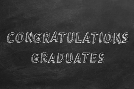 祝贺毕业生在黑板上的书写