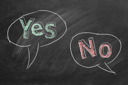 Speech bubbles with yes and no text written in chalk on a blackboard. Different points of view. Banque d'images