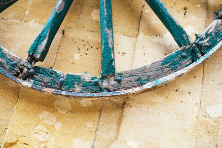 carreta madera: ? Perder hasta vieja colgando de la rueda de carro de madera en la pared. Bachground Village.