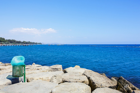 botar basura: Cesta Bote de basura cerca de la playa del mar. Tirar basura en la playa y el mar. Medio ambiente limpio.