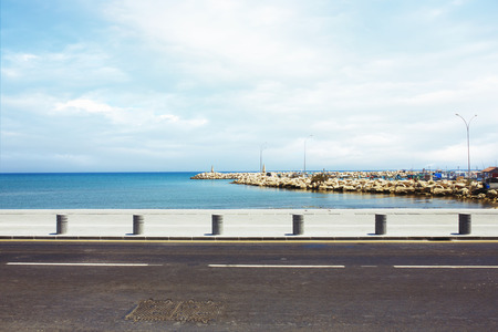 route: Asphalt road près de la promenade de port et la mer