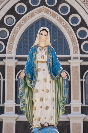 vierge marie: Mary chiffre debout
