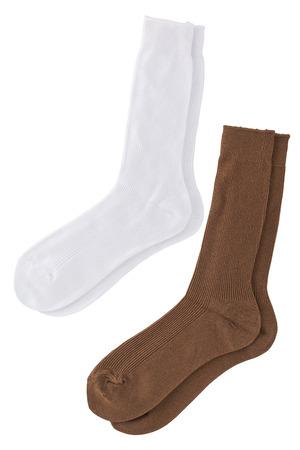 tela blanca: par de calcet�n blanco y marr�n aislados sobre fondo blanco con trazado de recorte.