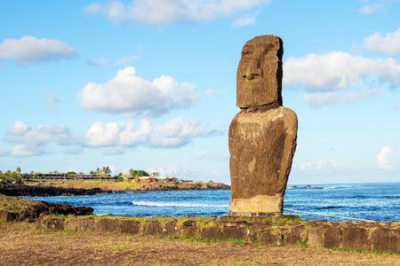 Moai en Ahu Tautira en la salida del sol, Isla de Pascua, Chile