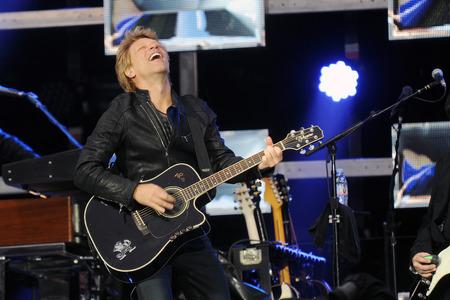 PRAAG, TSJECHISCHE REPUBLIEK - 24 JUNI, 2013: Beroemde Amerikaanse zanger Jon Bon Jovi van de rotsband van Bon Jovi tijdens prestaties in Praag, Tsjechische Republiek, 24 Juni, 2013.