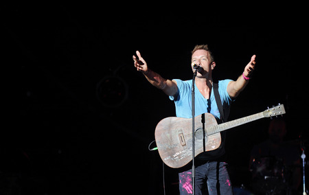 PRAAG, TSJECHISCHE REPUBLIEK - SEPTEMBER 16, 2012: Zanger Chris Martin van beroemde Britse band Coldplay tijdens prestaties in Praag, Tsjechische Republiek, 16 September, 2012.