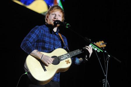 PRAAG, Tsjechië - 12 februari 2015: De Britse zanger Ed Sheeran Tijdens zijn prestaties in Praag, Tsjechië, 12 februari 2015. Redactioneel