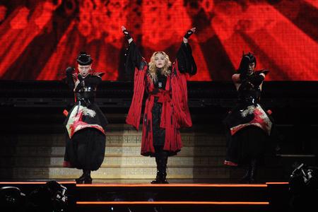 PRAAG, TSJECHISCHE REPUBLIEK - NOVEMBER 7, 2015: Beroemde popzanger Madonna (in het midden) tijdens gokkenprestaties in Praag, Tsjechische Republiek, 7 November, 2015.