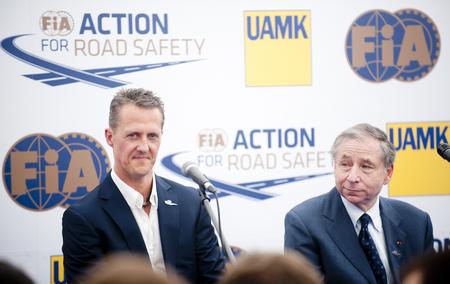 PRAAG, TSJECHISCHE REPUBLIEK - 28 JUNI, 2012: Duitse Formule 1-raceauto Michael Schumacher (links) en president van de FIA, Jean Todt (rechts) tijdens een persconferentie in Praag, Tsjechische Republiek, 28 juni 2012. Redactioneel