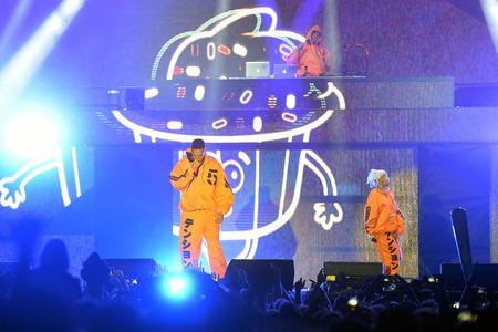 Zangers Watkin Tudor Jones alias Ninja (links) en Yolandi Visser (rechts) van Die Antwoord tijdens uitvoering op festival Rock voor Mensen in Hradec Kralove, Tsjechische Republiek, 4 juli 2017. Stockfoto - 82142069