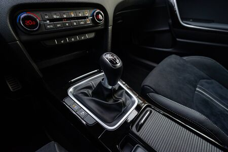 Gear shift in a new modern car Banque d'images
