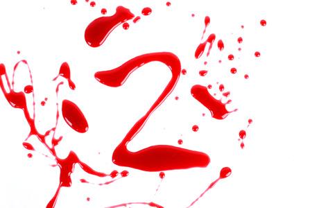 bloody hand print: Bloody impresi�n sobre un fondo blanco con las letras 2 Foto de archivo
