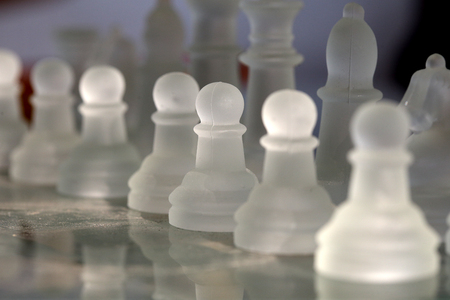 체스 보드에 사업가 모델입니다.