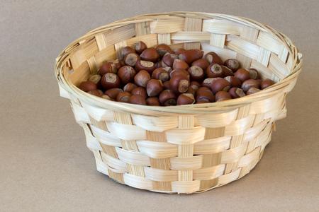 avellanas: avellanas en la cesta Foto de archivo