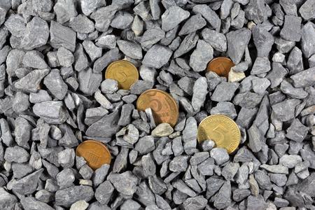 monedas antiguas: monedas antiguas en los guijarros