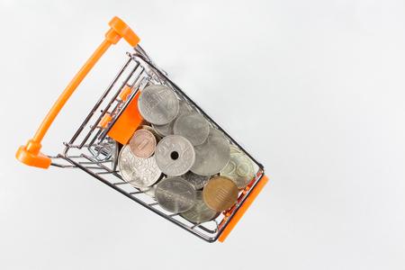 monedas antiguas: monedas antiguas en la cesta