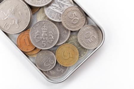 monete antiche: vecchie monete in scatola di latta