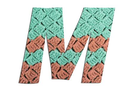 Alfabeto lettera M con trama a maglia a mano su sfondo bianco