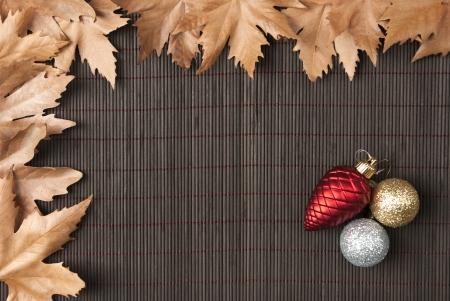 sicomoro: Marco de las hojas de pl�tanos y adornos de Navidad sobre fondo de bamb�