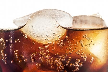 vaso de coca cola fría con cubitos de hielo