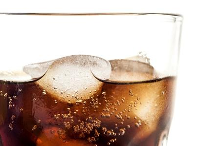 carbonation: vaso de coca cola fr�a con cubitos de hielo