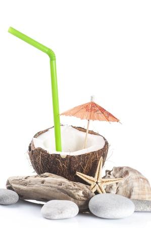 drinking straw: cocktail di cocco con il bere verde paglia e cocktail ombrello ciottoli, seastar, Conchiglia