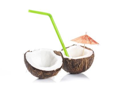 drinking straw: cocktail di cocco con cannuccia verde e cocktail ombrello su sfondo bianco